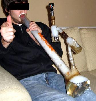 Mann der Bong raucht